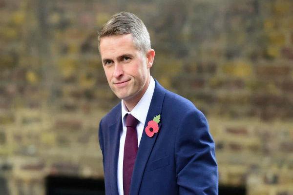 وزیر دفاع انگلیس طرح خروج نظامیان خود از آلمان را لغو کرد