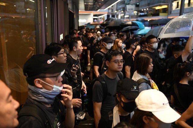 تظاهرات معترضان هنگ کنگی علیه اخراج ها و شایعه آزار جنسی توسط پلیس