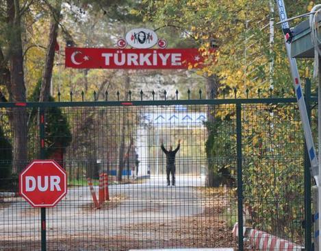 وضعیت بی وطنی یک داعشی در مرز ترکیه و یونان