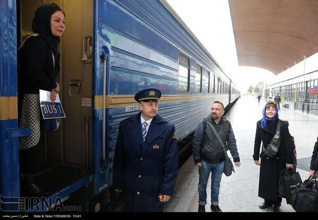 قطار گردشگری عقاب طلایی در راستا استان فارس است
