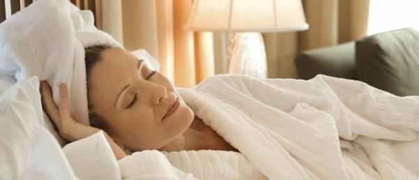 7 مورد از عوارض خوابیدن با موی خیس